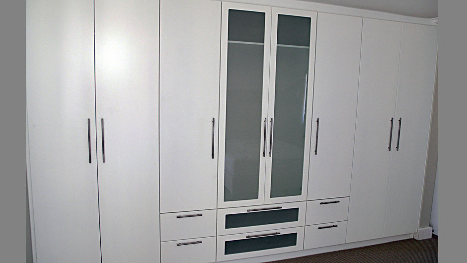 Bedroom-cupboards white lacquer and glass - Innovative Joinery